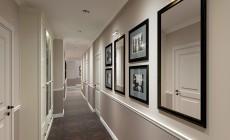 Прихожая и длинный коридор в неоклассическом стиле.