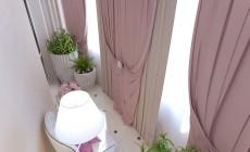 Небольшой балкон, выходящий из гостиной, выполненной в современном классическом стиле.