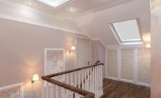 Холл и лестница в загородном коттедже в классическом стиле.