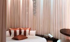 Спальная комната возле эркера, стиль эклектика