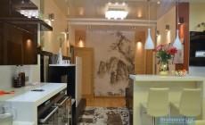Гостиная-кухня с балконом 25 кв. м в четырехкомнатной квартире
