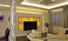 Гостиная-столовая 20 кв. м на первом этаже загородного дома в классическом стиле
