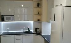 Угловой кухонный гарнитур в белом глянцевом исполнении