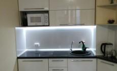 Угловой кухонный гарнитур в белом глянцевом исполнении от Premier Garden