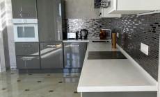 Кухня и гостиная выполненные в едином стиле .