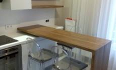 Современная кухня с деревянной барной стойкой