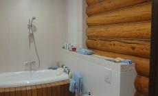 Современная ванная в срубе из кругляка.