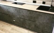 Кухонный гарнитур цвета бетон от Premier Garden.