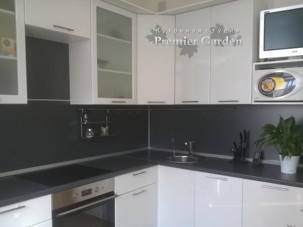 Угловая глянцевая кухня с витринами от Premier Garden