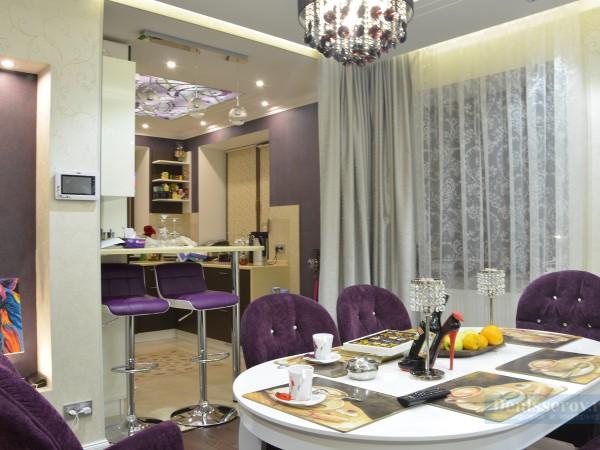 Кухня-гостиная 20 кв. м на первом этаже загородного дома в классическом стиле