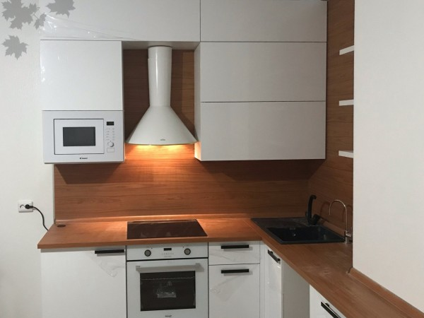 Белая кухня с деревом от Premier Garden