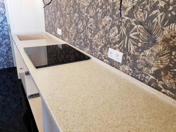 Кухонная столешница из искусственного камня Corian Sahara бежево-коричневого цвета с вкраплениями
