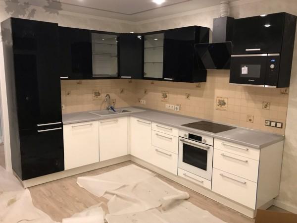 Глянцевый кухонный гарнитур в классическом черно-белом исполнении от Premier Garden