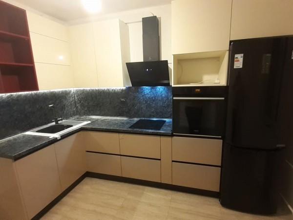 Уголовой кухонный гарнитур от Premier Garden с бордовыми вставками.